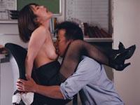 同僚の肩に足を掛けて乳首を舐められる涼海みさ