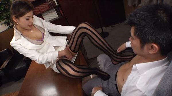 机に座ってアソコを魅せ挑発しながら足で乳首弄り