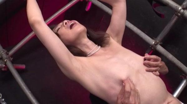 拘束されて乳首を摘み伸ばされる志穂