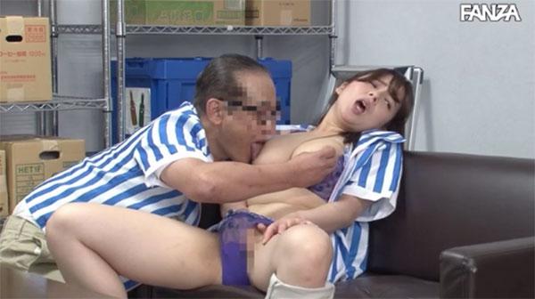 店長に乳首を舐め弄られるパートさん