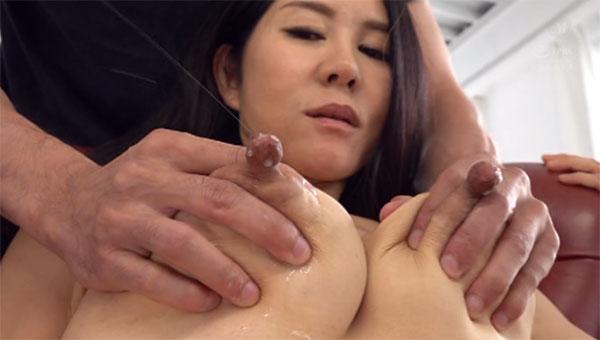 長い乳首から母乳を噴き出す西野美幸