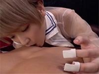 特殊な器具を指にハメて乳首責め