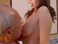 性行為中に自分のオッパイに咀嚼したお粥を垂らして義父に乳首を舐めさせる異常性欲変態嫁、波多野結衣のマニアックな乳首舐めさせ動画!