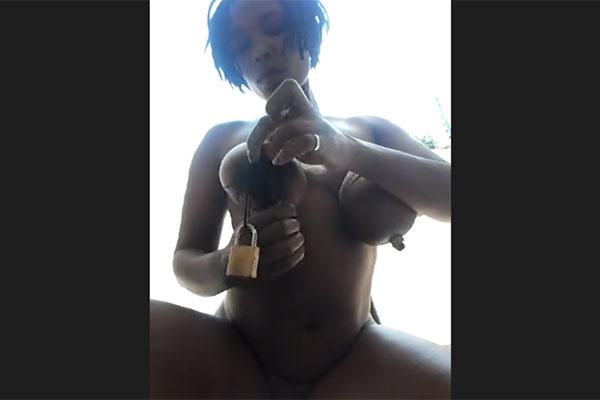 乳首に南京錠を吊るす黒人女性