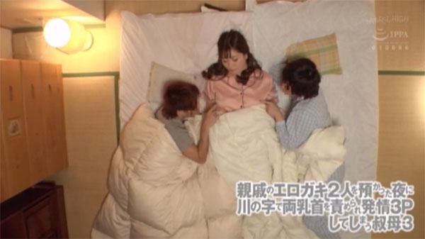 寝ている叔母さんの胸をツンツン