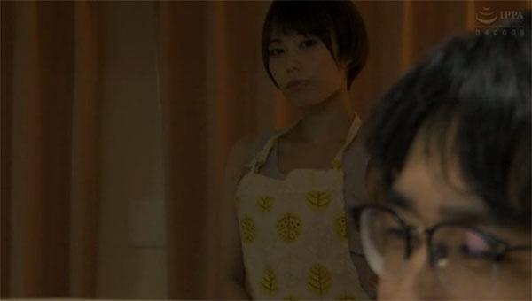 夫を見つめる川菜美鈴