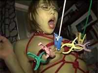ドMの真性マゾ乳首妻、奥村かおるさんが乳房と乳首に多数の洗濯バサミを付けられ乳首吊り下げの刑を執行される乳首責め動画!