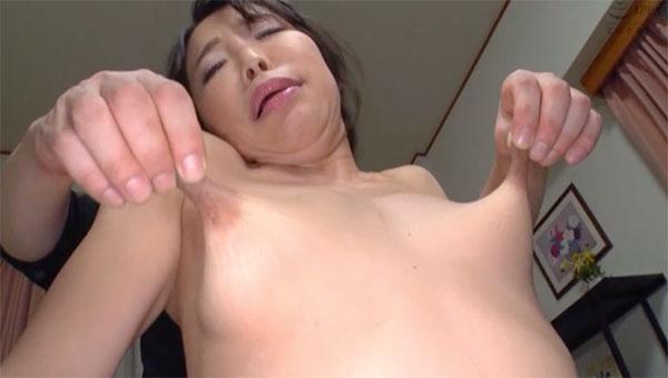 乳首を引き伸ばされて感じる熟女
