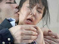 耳舐めされながら乳首を摘まれる女性