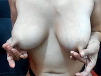 リモバイLushでアソコを震わされながら乳首を伸ばす女性