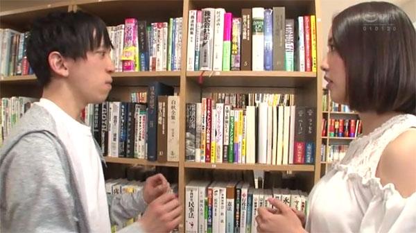図書室で偶然綺麗な異性の手に触れ