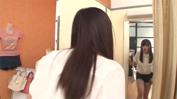 鏡を見て一瞬驚く主人公