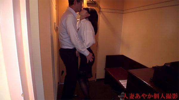目隠ししながらセフレの友達を玄関先で濃厚キス