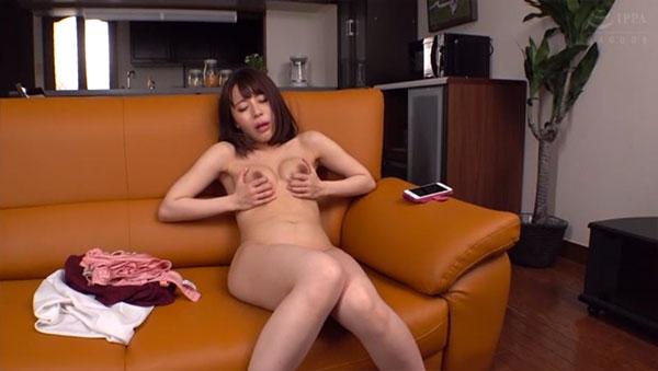 全裸になって引き続き乳首オナニーを指示
