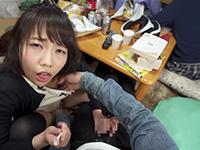 すぐそばに彼女がいるのにベロチュウ誘惑で乳首とオマンコまで触らせてくる戸田真琴の大胆な逆NTR動画!