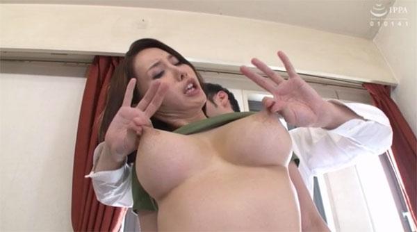乳首を摘んで伸ばされる隣人熟女