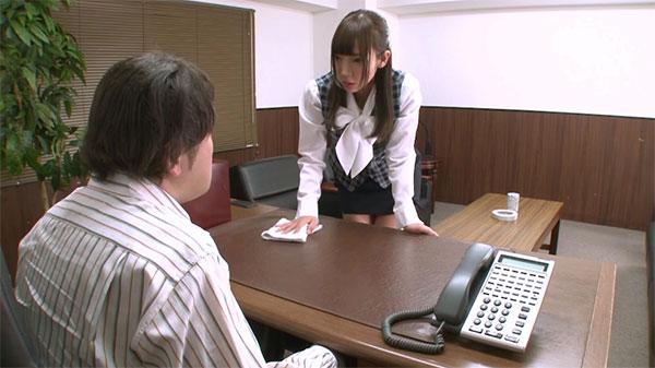 上司の机を拭くあけみみう