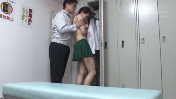 今日も適当な理由を付けて乳首を弄りに来た主任