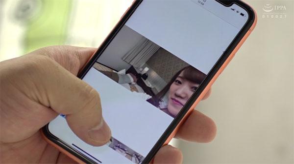 若宮穂乃のスマホの動画を見る同僚
