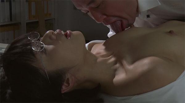 オフィスの机に寝かされ乳首をネットリ舐め上げられる川上奈々美