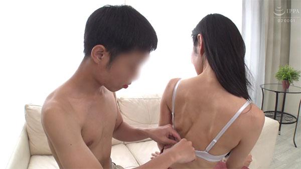 米倉穂香さんのホックを外す童貞クン