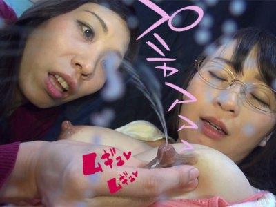新米母乳ママの羽月希の乳首を服越しやダイレクトに焦らし責めしパンパンに溜まった母乳を舐め吸いまくる桑田みのりの最高にシコい母乳レズビアン動画!