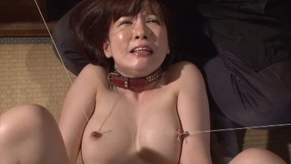 乳首を紐で縛って引っ張られる女剣士