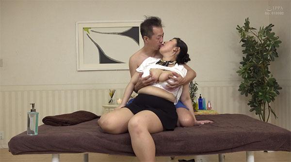 施術台の上でベロチュー乳首イジリ