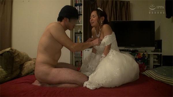 ウェディングドレスをズラされて乳首をイジられる神谷充希