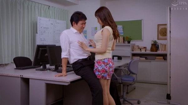 職員室で同僚男性の乳首を責める蓮実クレア