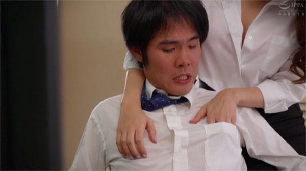 男のシャツの胸ポケットに指を忍ばせて乳首イジイジ