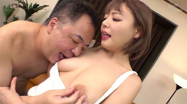 浜崎真緒の乳首を舐めイジるおじさん