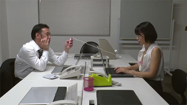 夜のオフィスで上司に乳首セクハラされる川上奈々美