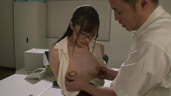 上司に乳首絆創膏を見られてしまう桐山結羽