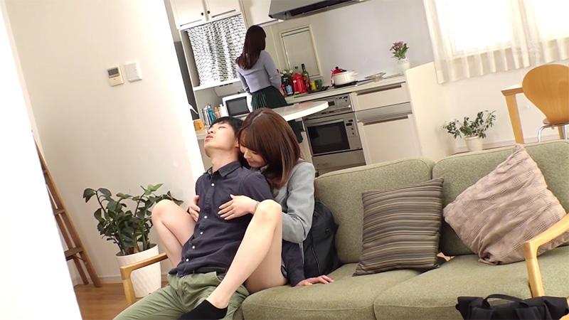 ソファーの上で乳首をイジられる彼