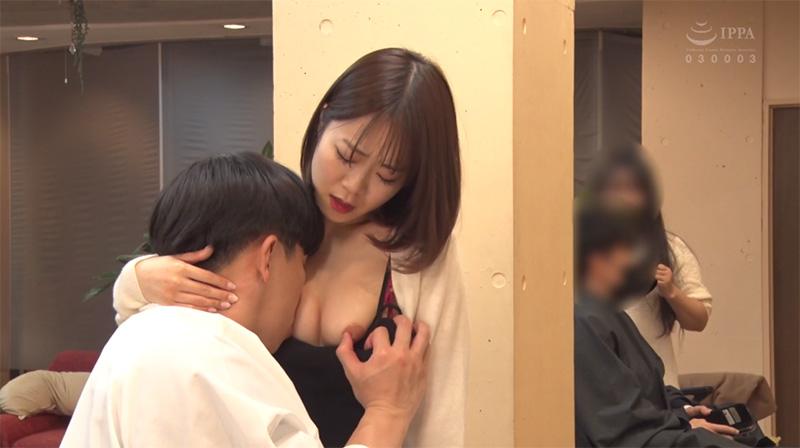 美容師まおの乳首を舐め弄る男性客