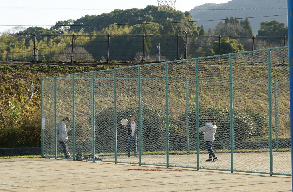 福岡県大牟田市白銀 白銀川調水池公園 テニスコート 女の子たち