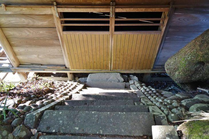 福岡県八女市黒木町湯辺田95 釜屋神社の楠 拝殿 階段