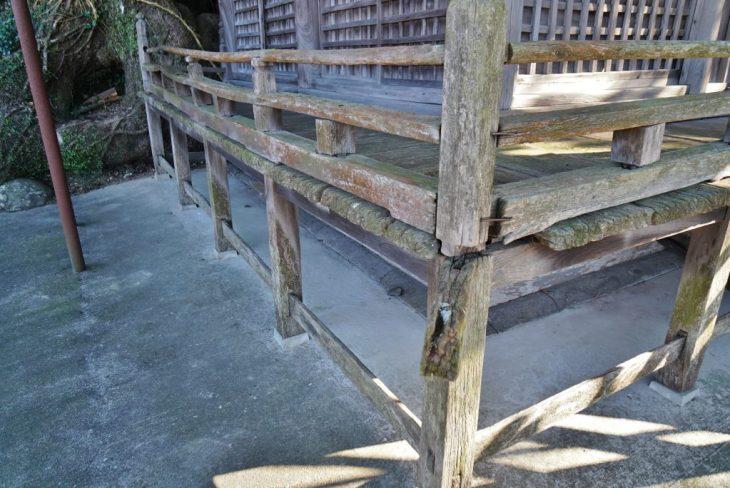 福岡県八女市黒木町湯辺田95 釜屋神社の楠 老朽化した拝殿 朽ち木