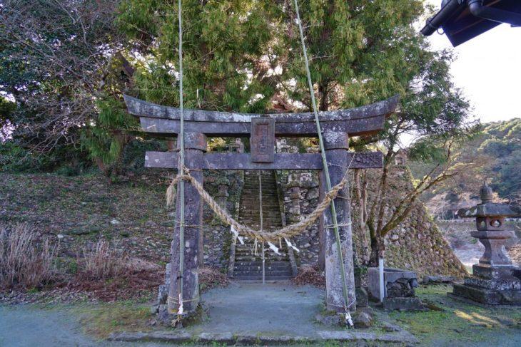 福岡県八女市黒木町湯辺田95 釜屋神社の楠 鳥居 正月の飾りつけ