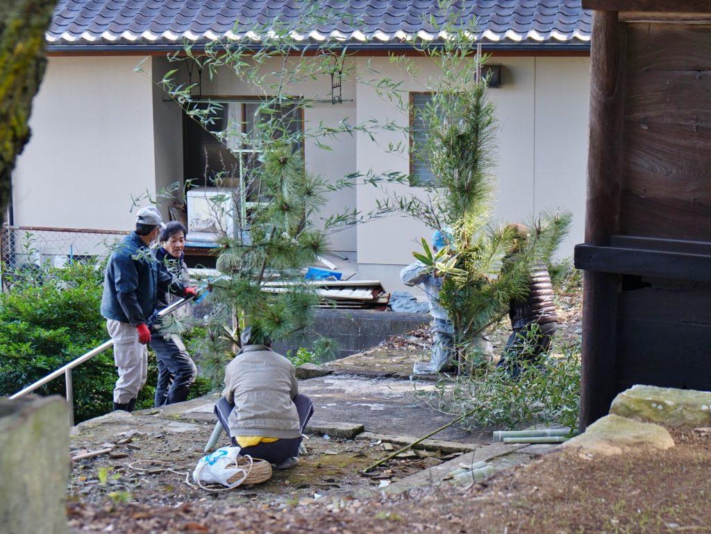 福岡県大牟田市宮部66-1 早馬神社 地元の人たち 正月の飾りつけ