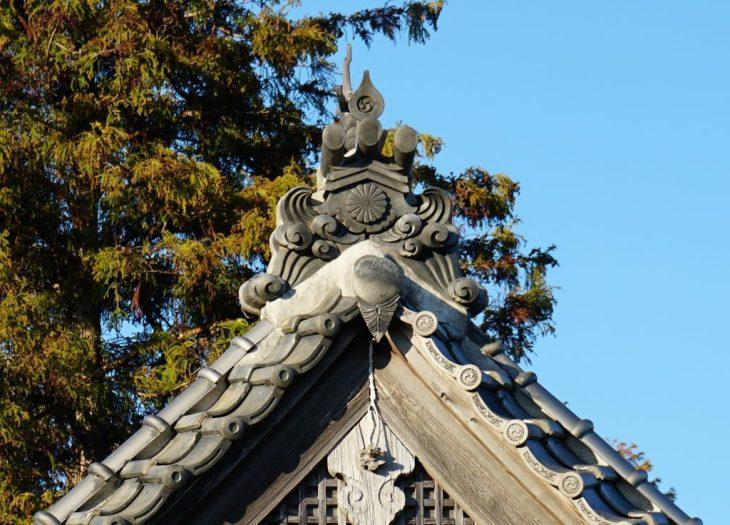 福岡県八女市忠見261-1 正八幡宮の鬼瓦 十六菊 社紋