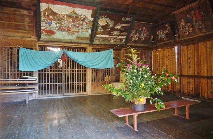 福岡県八女市忠見261-1 正八幡宮の拝殿内部 正月の準備 お供え物