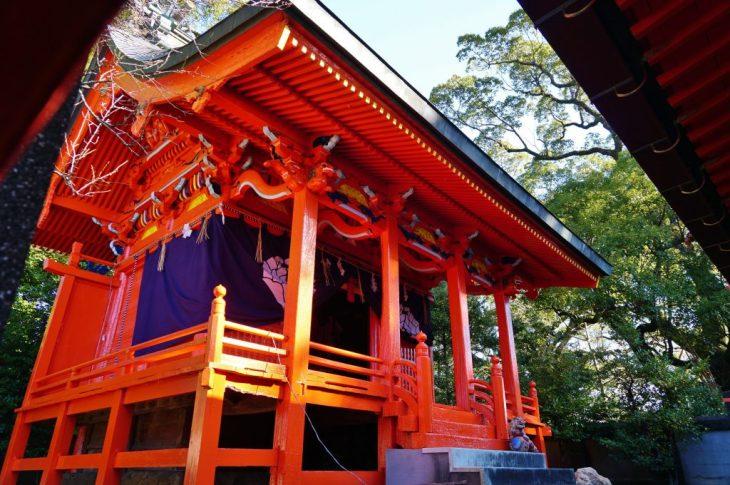 福岡県大牟田市鳥塚町87 熊野神社 朱色で塗られている神殿