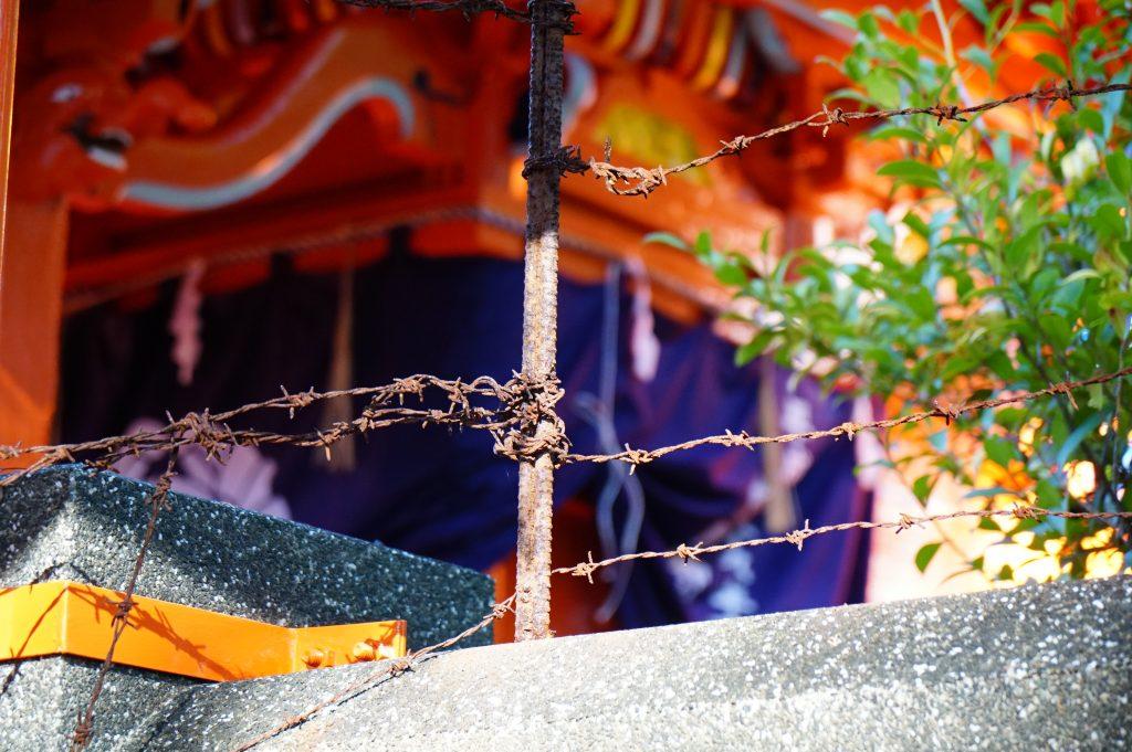 福岡県大牟田市鳥塚町87 熊野神社 神殿を囲む有刺鉄線 ちくごさるき