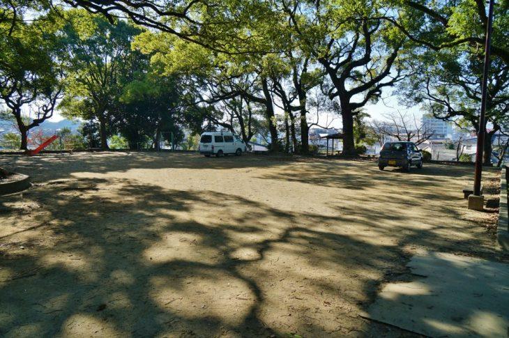 福岡県大牟田市鳥塚町 鳥塚公園 グラウンドに落ちる樟の影