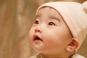 赤ちゃん見上げる