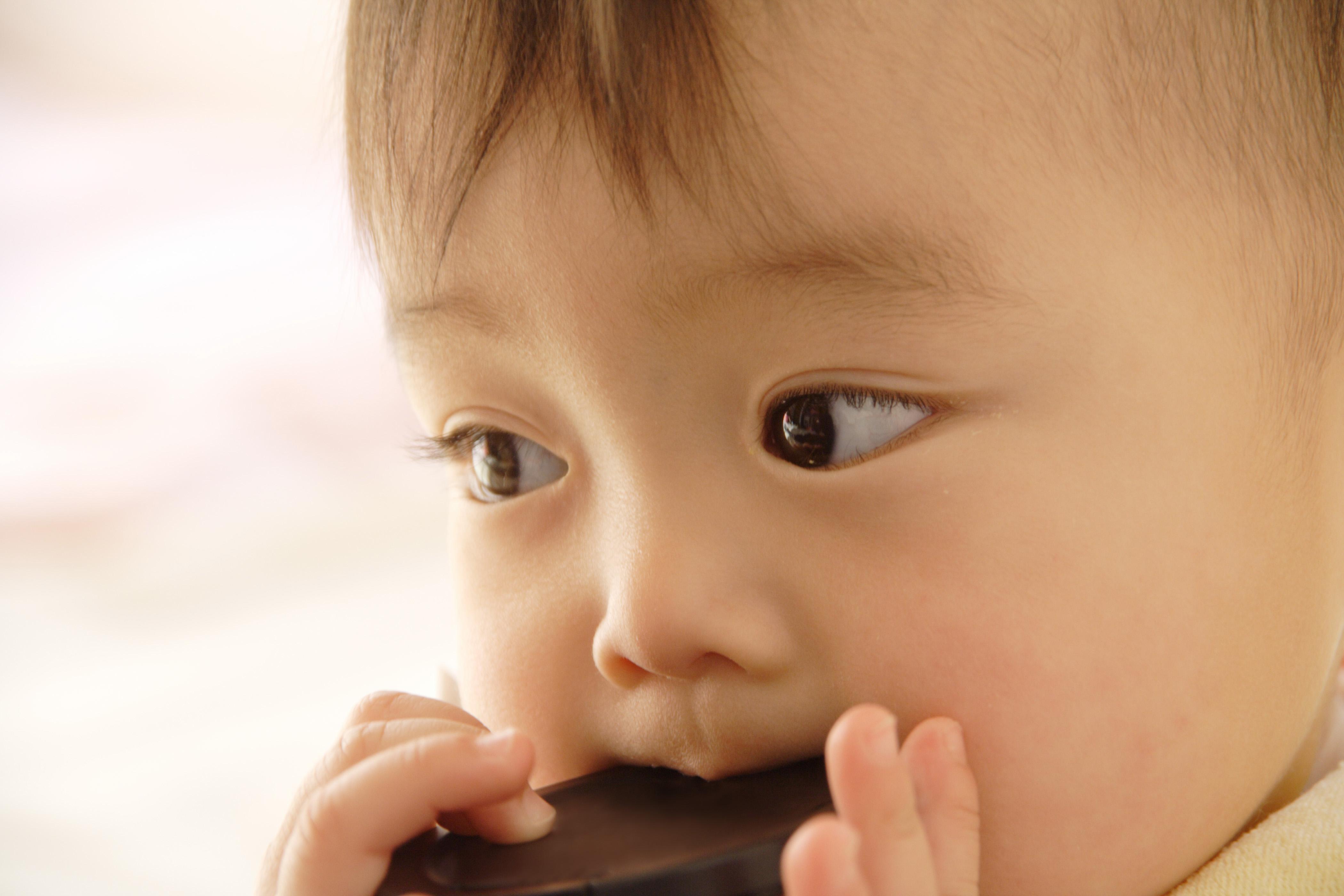 赤ちゃんのマグはいつから?最大の難関ストローを突破せよ!