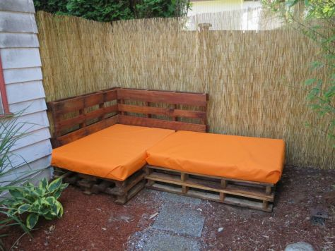 How-to-make-an-outdoor-pallet-sofa-sectional-(14)