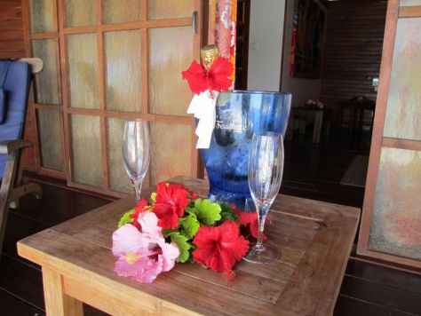 Honeymoon-champagne-Hotel-La-Pirogue-Tahaa-Tahiti